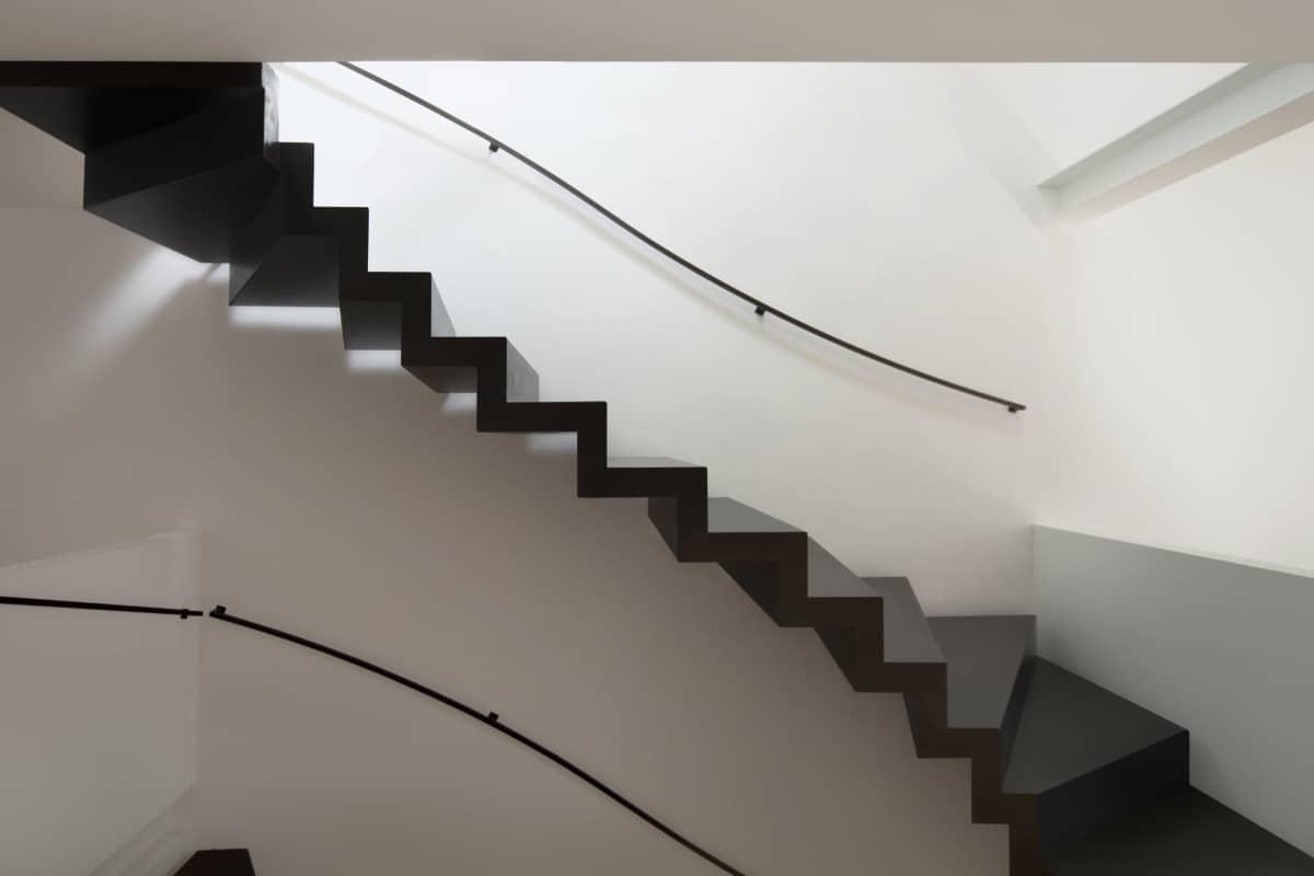 trap schilderen met zwarte verf